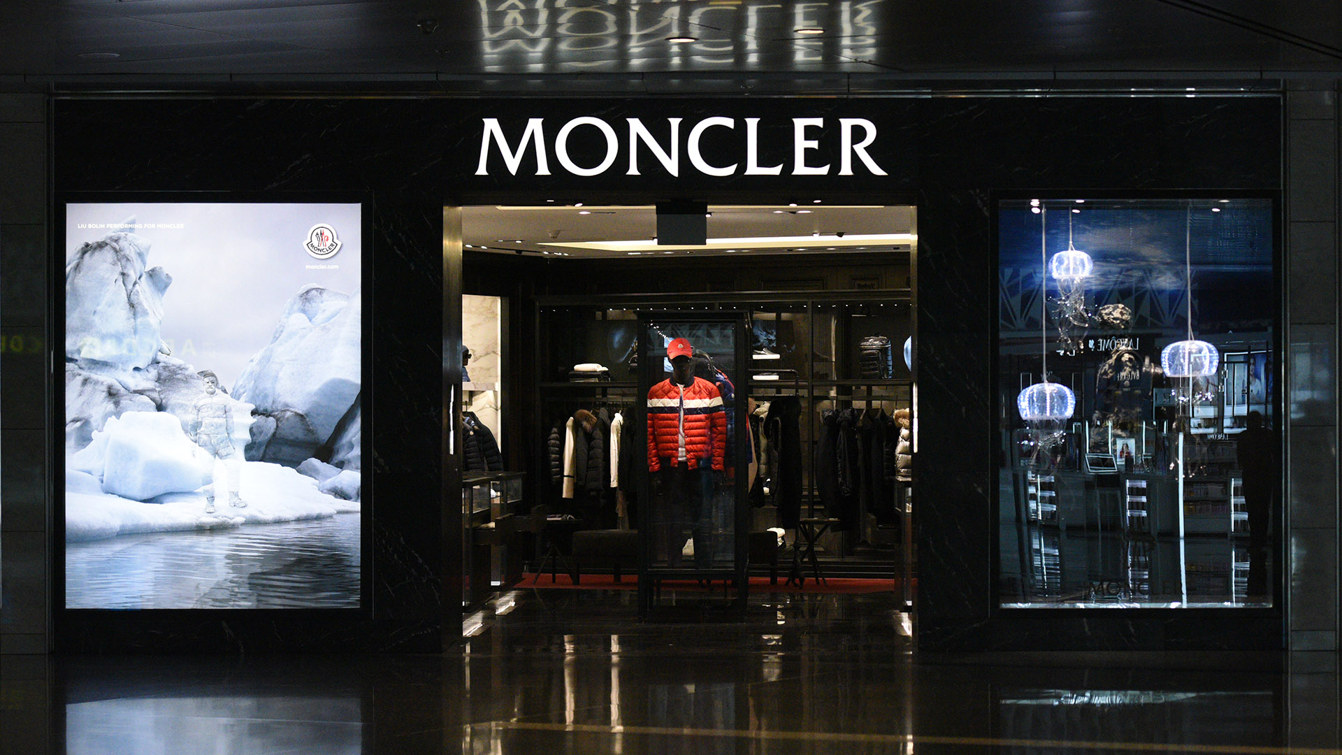 Moncler Jelly Fish Window produced by ME Visual, Qatar. This display uses Fiber-optic lights.